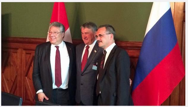 Heikler Besuch im eidgenössischen Parlament: Juri Worobew posiert mit Filippo Lombardi (links) und Jean-François Steiert in Bern. (Bild: NZZ)