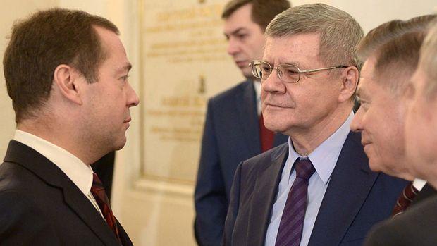 Generalstaatsanwalt Juri Tschaika (rechts) im Gespräch mit Regierungschef Dmitri Medwedew. Seine Familie gerät in den Verdacht, in dunkle Machenschaften verstrickt zu sein. (Bild- EPA)