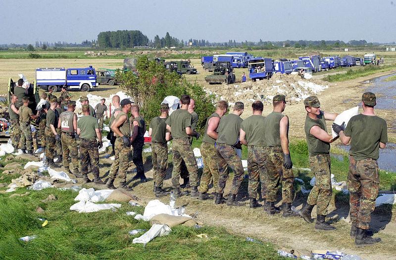 Das einzige was die Bundeswehr noch wirklich kann- Sandsack-Kette an einem ostdeutschem Fluß