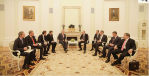 Das Gespräch zwischen Fischer und Putin im Beisein der Delegationen. Foto-Peter Lechner-HBF