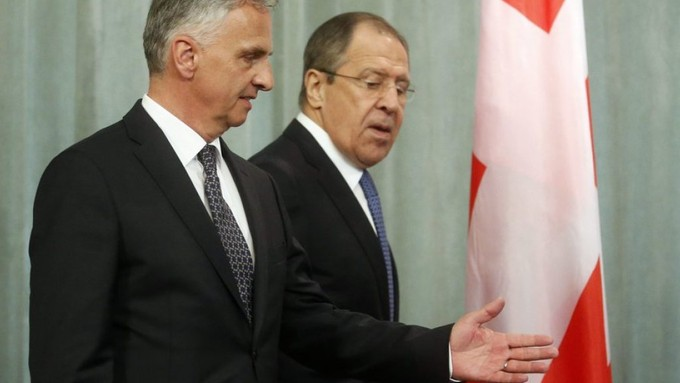 Hat der Schweiz für ihre Bemühungen in mehreren Dossiers gedankt- Russlands Aussenminister Sergej Lawrow (r.), hier beim Treffen mit seinem Amtskollegen Didier Burkhalter in Moskau. © :EPA:SERGEI CHIRIKOV