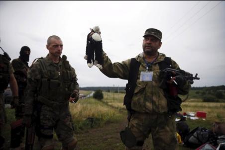 pro-russische Terroristen beim Schänden der Absturzstelle der #MH17, welche gem. Bellingcat und Bild Untersuchung durch eine russische BUK abgeschossen wurde, Juli 2014 https://www.bellingcat.com/?s=mh17
