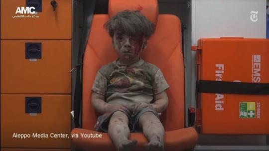 Omran aus Aleppo, Wohngebiete werden gezielt durch Kampfflugzeuge der syrischen/russischen Allianz bombardiert, August 2016
