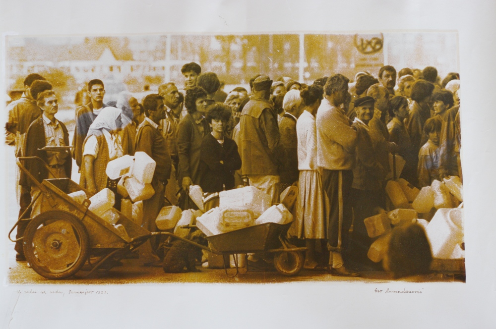 u redu za vodu – waiting in the line for water, Sarajevo 1993, Edo Ramadanovic