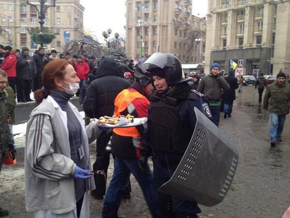 special-police-force-is-offered-food-by-euromaidan-volunteer